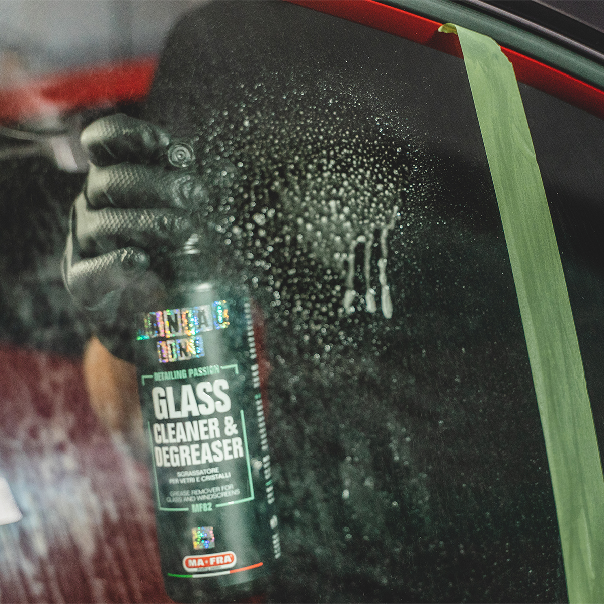 Erogare Glass Cleaner & Degreaser sulla superficie